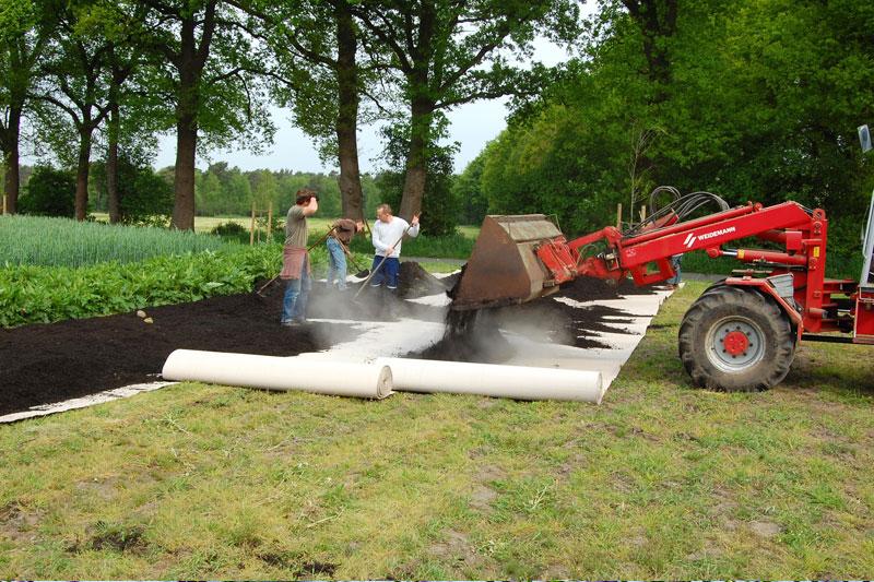 Kompost wird abgekippt