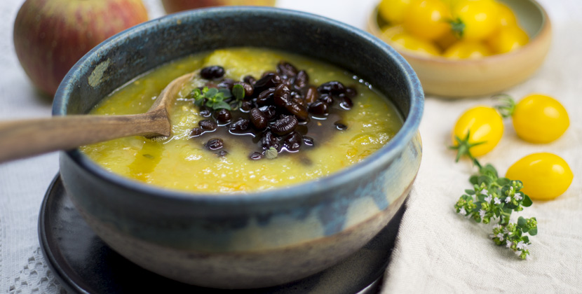 Herbstliche Suppe mit Datteltomaten